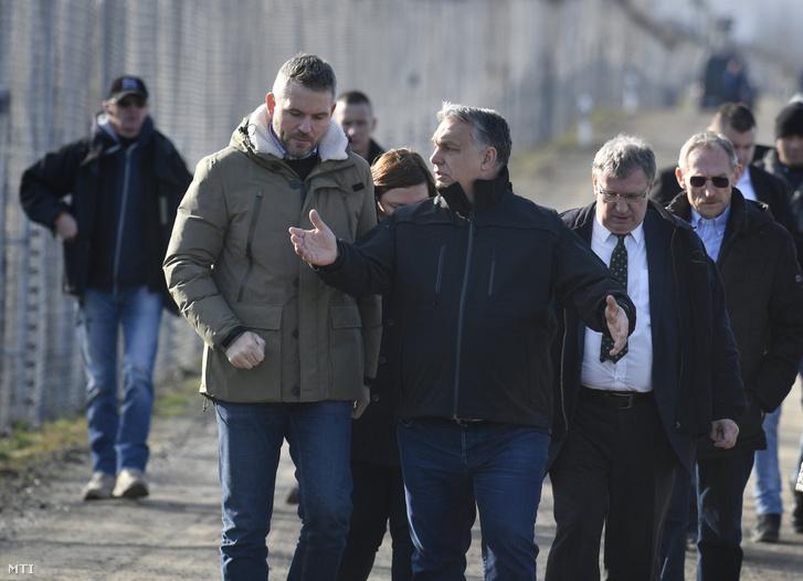 Orbán Viktor miniszterelnök és Peter Pellegrini szlovák kormányfő beszélget a röszkei tranzitzónában tett látogatásuk során 2020. február 13-án.