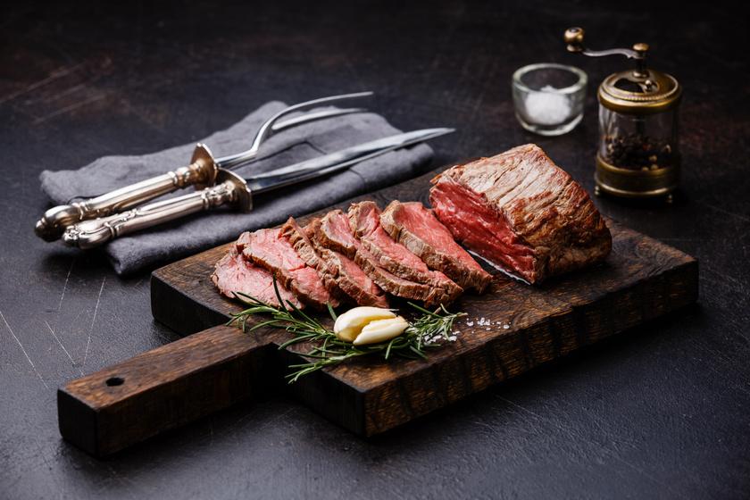 Ki mondta, hogy csak a sovány csirkemellből fedezheted a napi fehérjemennyiség egy részét? A vörös hús rengeteg tápanyagban gazdag, több benne az A- és a K-vitamin, valamint a cink, szelén, foszfor, mint a fehér húsokban. Míg 100 gramm csirkemell 23 gramm fehérjét, addig ugyanennyi marhahús 16 gramm proteint tartalmaz.