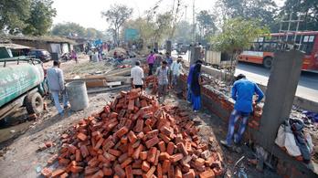 Sebtében felhúzott fallal takarják el Trump elől az indiai nyomornegyedet