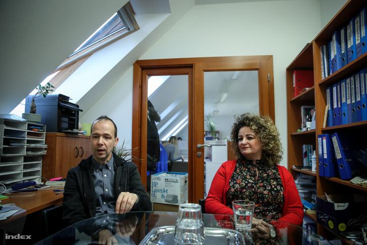 Rácsok Balázs, az Ökumenikus Segélyszervezet szociális igazgatója és Sándor-Lenkei Aida, a miskolci krízisambulancia vezetője