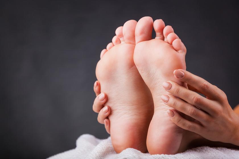 Eltünteti a bőrkeményedést, fertőtlenít, babapuha lesz a sarok: így használd a szájvizet a lábápolásban