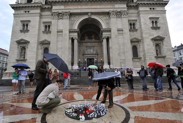 Szombaton gyertyagyújtással emlékeztek civil és jogvédő szervezetek aktivistái a pécsi rendőrségi pszichológusra, Bándy Katára a budapesti Szent István-bazilika előtt lévő téren.