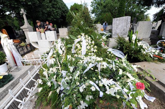 Koszorúk Bándy Kata sírján a szekszárdi alsóvárosi temetőben
