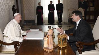 Áder János meghívta Magyarországra Ferenc pápát