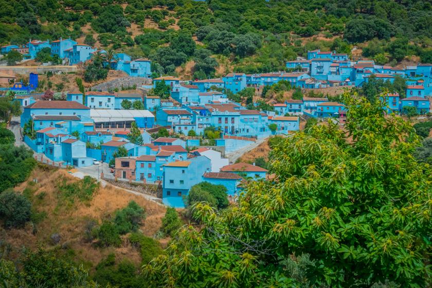 Aprajafalva a valóságban is létezik: egy spanyol kisváros minden háza hupikék