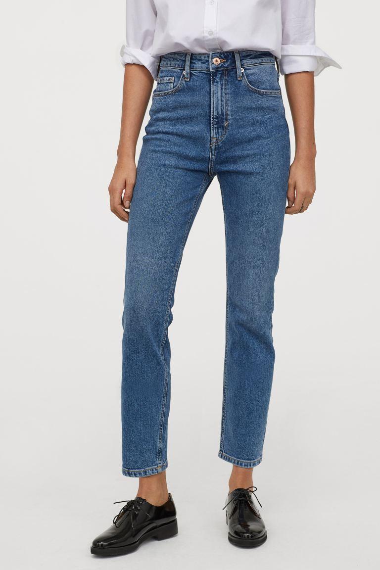A '80-as évek magas derekú, egyenes szárú farmerjai visszatértek, és idén újra igen népszerűek. Ez a kényelmes, alakot nyújtó nadrág a H&M-ben 9295 forint.
