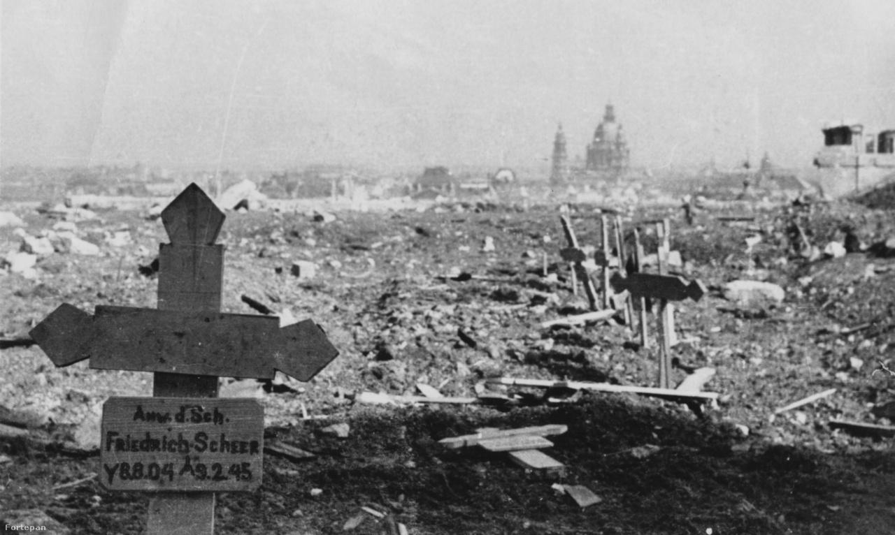 Friedrich Scheer fejfája a Rondellaudvaron kialakított ideiglenes temetőben, amely a folyamatos                         belövések miatt inkább holdbéli tájra emlékeztet. A felvétel érdekessége a datálhatóság is – mivel az                         új megszállók a német katonasírokat általában hamar felszámolták, ezért itt szinte biztosak lehetünk                         abban, hogy a kép 1945. február 12-20 között készülhetett. Scheer sorsa szimbolikusan példázza                         azokat a kényszerpályákat, amire a kárpát-medencei németség került. Scheer 1904. augusztus 8-án                         született az észak-bácskai Szeghegyen (ma Sekic-Lovcenac, Szerbia). A községet 90%-ban németek,                         10%-ban magyarok lakták. Miután szolgált a jugoszláv királyi hadseregben, majd a magyar királyi                         honvédségben, 1944 nyarán egy német-magyar államközi egyezmény alapján kényszersorozták a                         német hadseregbe. Itt egy SS-rendőrzászlóaljhoz került, egyetlen bevetése Magyarországon volt.                         1945. február 8-án felkarján szerzett súlyos sérülése miatt kórházban elhunyt, másnap temették el,                         holttestét néhány év múlva exhumálták és az Új Köztemető 140-es parcellájába vitték, majd innen a                         rendszerváltás után kialakított budaörsi német katonai temetőbe szállították.