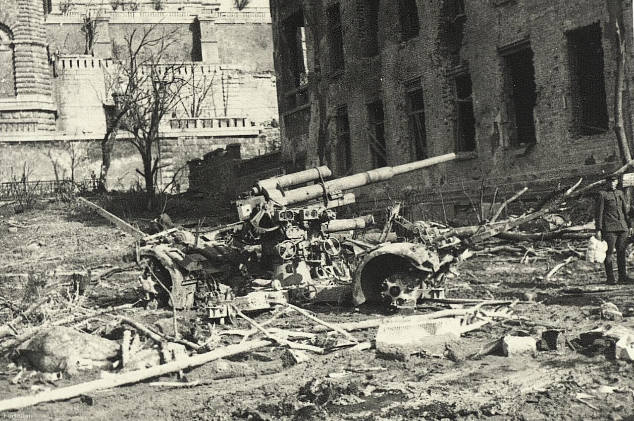 Az egykori Darabont laktanya az Attila úton, amely előtt egy német légvédelmi löveg, valamint egy érdekes csomagot cipelő szovjet katona áll. Ebben az épületben működött a nyilas puccsig a Horthy Miklós által létrehozott Magyar Királyi Testőrség. A mai utcaképet ide kattintva nézheti meg.