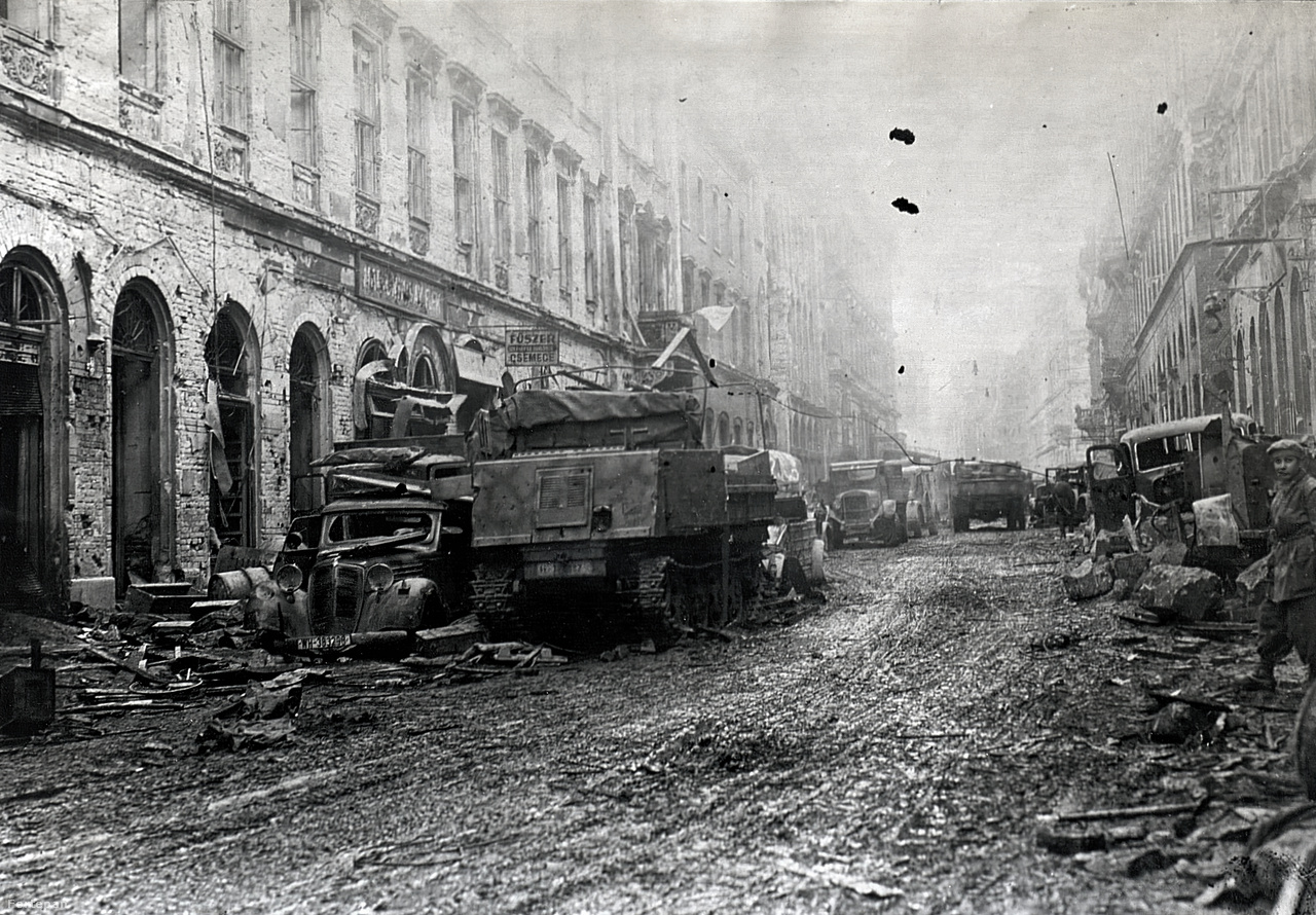 A Fő utca 10. előtt készült képen egy lánctalpas Raupenschlepper-Ost tüzérségi vontató látható a baloldali házsor előtt. A mai utcaképet  ide kattintva nézheti meg