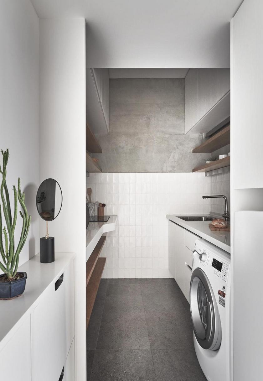 A kicsi konyhában mindennek jutott hely, a beépített főzőlap és a széles pult gondoskodik arról, hogy elkészüljenek a finomságok.
