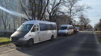 Horrorkaraván extra: hevederrel vontatták a motorhibás, tréleres román kisbuszt