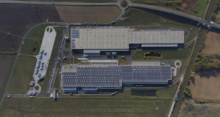Telepítési munkálatok az Audi Hungaria és az E.ON közös projektjében, az Audi Hungaria két logisztikai központjának tetején.