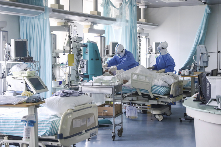Védőruhás nővérek beteget ápolnak a pekingi Titan kórház intenzív osztályán 2020. február 13-án.