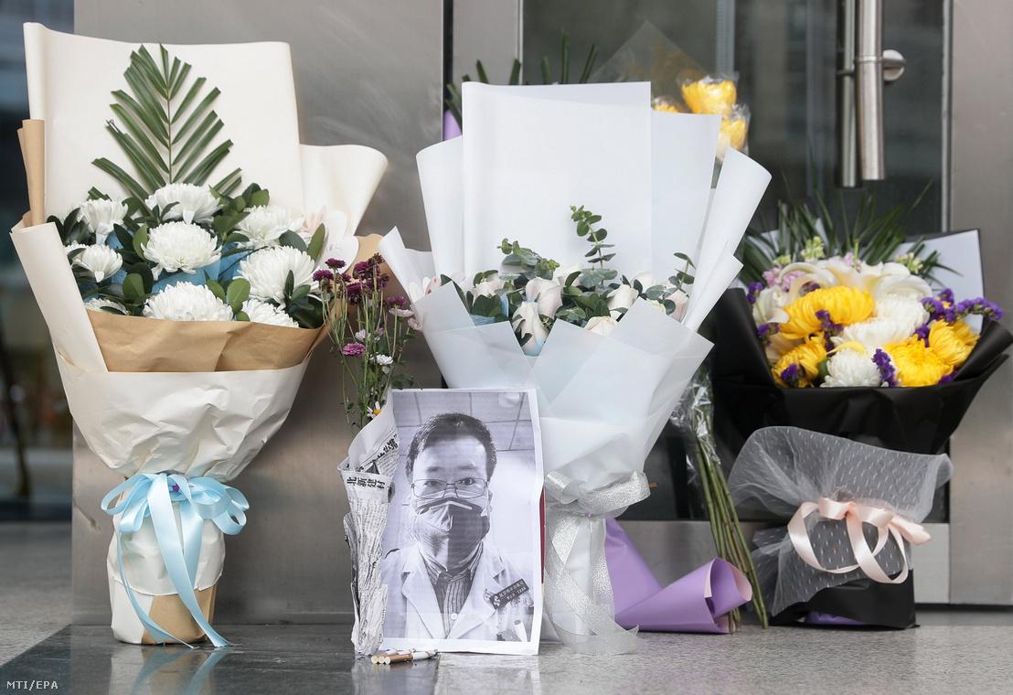 Li Ven-liang kínai orvos portréja Vuhan Központi Kórháza előtt rögtönzött emlékhelyen 2020. február 7-én.