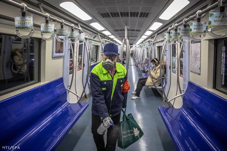 Metrókocsit fertőtlenít egy dolgozó Pekingben 2020. február 10-én.