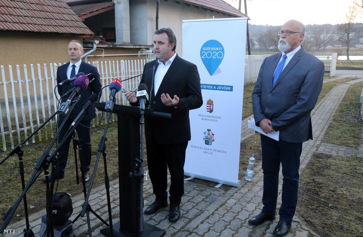 Palkovics László innovációs és technológiai miniszter sajtótájékoztatót tart miután Riz Gábor fideszes országgyûlési képviselő társaságában önkormányzati vezetőkkel és az ABB cég vezetőivel egyeztetett Ózdon 2020. február 14-én.