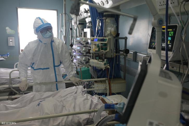 Koronavírussal fertőzött beteget ápolnak a wuhani Jinyintan Kórház intenzív osztályán 2020. február 13-án