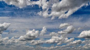 Szélcsendes gomolyfelhők, fátyolos szárazság, széllökésnyi ködfoltok