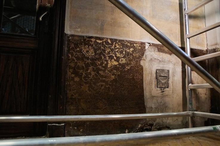 A pénteken bemutatott felfedezések egyik legizgalmasabbja egy századfordulós dizájnertapéta alatt talált másik rendkívüli tapéta, amelyet az épület egykori főigazgatói lakosztályának előterében fedeztek fel.