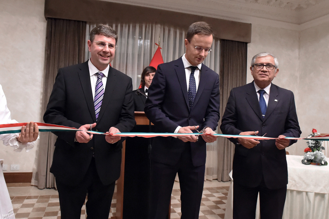 Kaleta Gábor nagykövet, Szijjártó Péter külgazdasági és külügyminiszter és Guillermo Molinari perui oktatási miniszter a magyar nagykövetség megnyitóján Limában 2017. október 19-én.