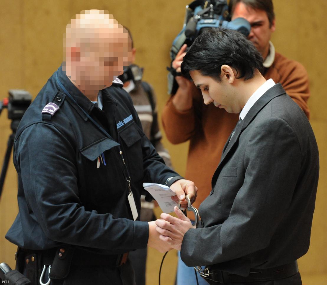 Schönstein Sándort vezetik elő a Balla Irma-gyilkosság tárgyalásán a Debreceni Ítélőtáblán 2010. november 11-én.