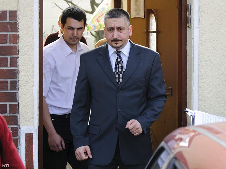 Bakó József bíró (elöl) és Schönstein Sándor vádlott lép ki Debrecenben a Bercsényi utcai lakás kapuján ahol helyszíni bizonyítási eljárással folytatódott a Balla Irma-gyilkosság megismételt elsőfokú tárgyalása 2012. április 6-án.