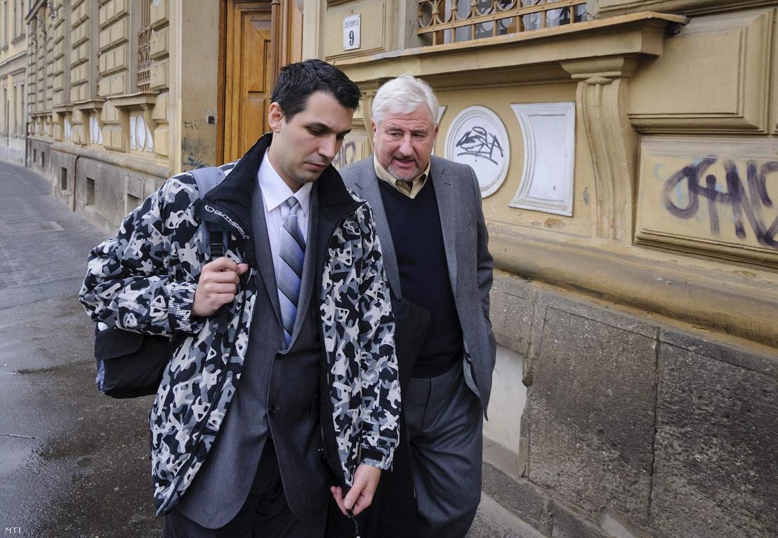 Schönstein Sándor ügyvédje, Magyar György társaságában távozik a Debreceni Törvényszék épületéből 2012. november 23-án, ahol megismételt első fokú tárgyaláson felmentették édesanyja Balla Irma fideszes debreceni önkormányzati képviselõ meggyilkolásának vádja alól.