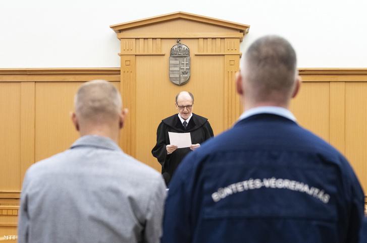 A Balla Irma meggyilkolásával vádolt D. Lajos (háttal b) hallgatja Bodnár Zsolt tanácsvezető bíró ítélethirdetését az ellene nyereségvágyból különös kegyetlenséggel elkövetett emberölés bűntette miatt indult büntetőper tárgyalásán a Nyíregyházi Törvényszéken 2019. január 31-én.
