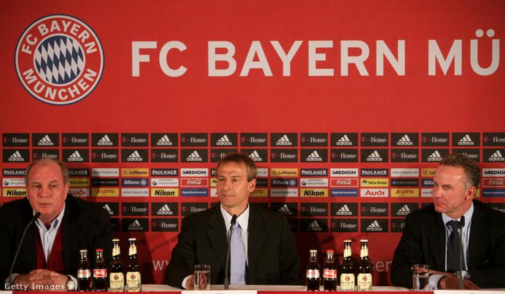 Klinsmann (középen), Uli Hoeness (balra) és Karl-Heinz Rummenigge a 2008. január 11-i sajtótájékoztatón, ahol bejelentették, hogy klinsmann lesz a Bayern München vezető edzője