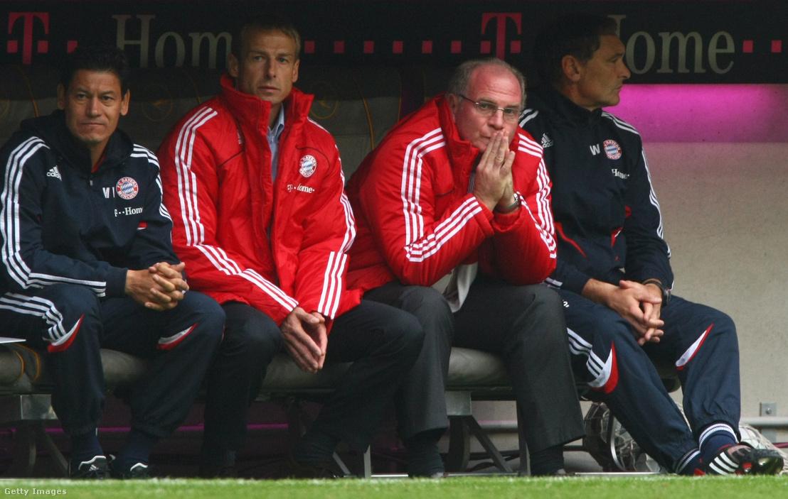 Klinsmann és Uli Hoeness a Bayern kispadján a Werder Bremen elleni, 2-5-ös vereséggel végződő 2008. szeptember 20-i meccsen