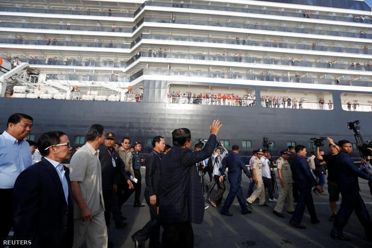 Hun Szen, Kambodzsa miniszterelnöke üdvözli a végül Sihanoukvilleben kikötő hajó utasait