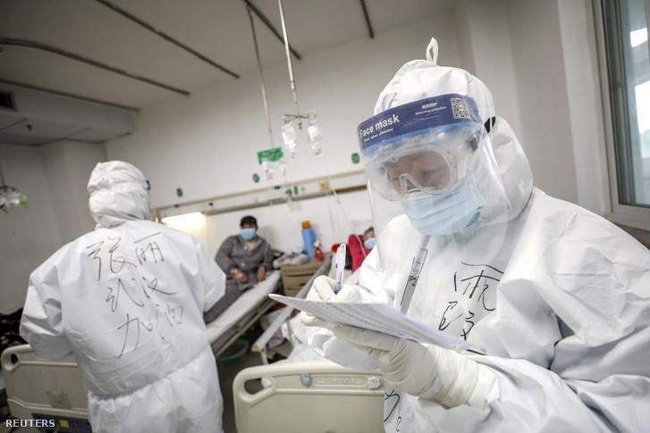 Egészségügyi dolgozók védőfelszerelésben a vuhani Jinyintan kórházban, a koronavírus kiindulópontjában 2020. február 13-án