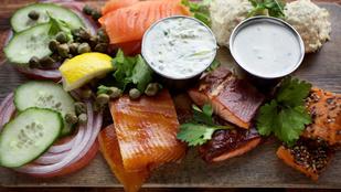 A halakat és a tésztát is feldobja egy adag tejszínes kapormártás