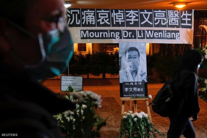 Li Ven-liang elhunyt orvos emlékére állított tábla Hongkongban 2020. február 7-én