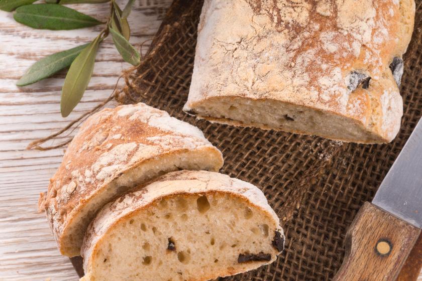 Házi rusztikus, olívás kenyér: kívül ropogós, belül foszlós