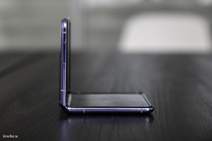 Az összecsukhatós készülékeknek az egyik sosem hangsúlyozott, de annál jobban működő funkciójuk volt, hogy rekreációs jelleggel rá lehetett csapni valakire a telefont.