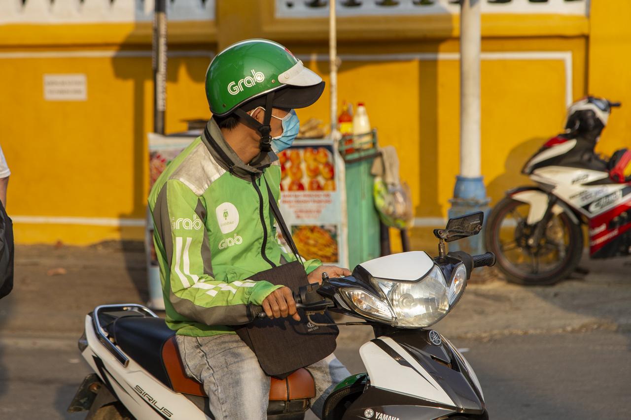 Robogótaxi vietnámi módra. A Grab (indokolatlanul) rendkívül népszerű alternatívát kínál a taxik helyett, ami azért érthetetlen, mert a hagyományos taxik általában olcsóbbak, bár egyik sem lehúzós, sőt. Pénztárcát kímélni egy hivatalos Grabes robogó igénybevételével lehet, bár ez csupán egy személyre jó megoldás