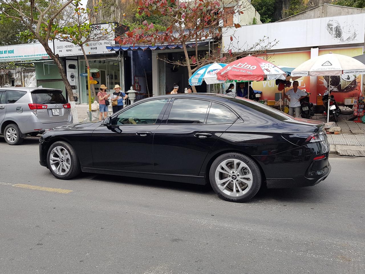 Sikerült! Ennél egzotikusabb típust nem láttam az egész országban. Vinfast Lux A2.0 szpottolás DaNang márványhegyeinek lábánál. Összesen három darabot sikerült az első vietnámi autógyár termékeiből lefotózni, ebből egyetlen volt ez a BMW F10 szériára épülő, BMW benzinmotorokat használó limuzin. A termék friss és ropogós, Vietnám leggazdagabb üzletembere, a derék Pham Nhat Vuong pedig nem restell kétmilliárd dollárt áldozni arra, hogy az amerikai piacra is bevezesse a márkát, már 2021-től, mivel a hazai piac nem elegendő hosszabb távon a gazdaságos gyártás fenntartásához. Merész vállalkozás, ilyet sok nagy múltú gyártó sem vállalt be sokáig, nemhogy a működés második-harmadik évében