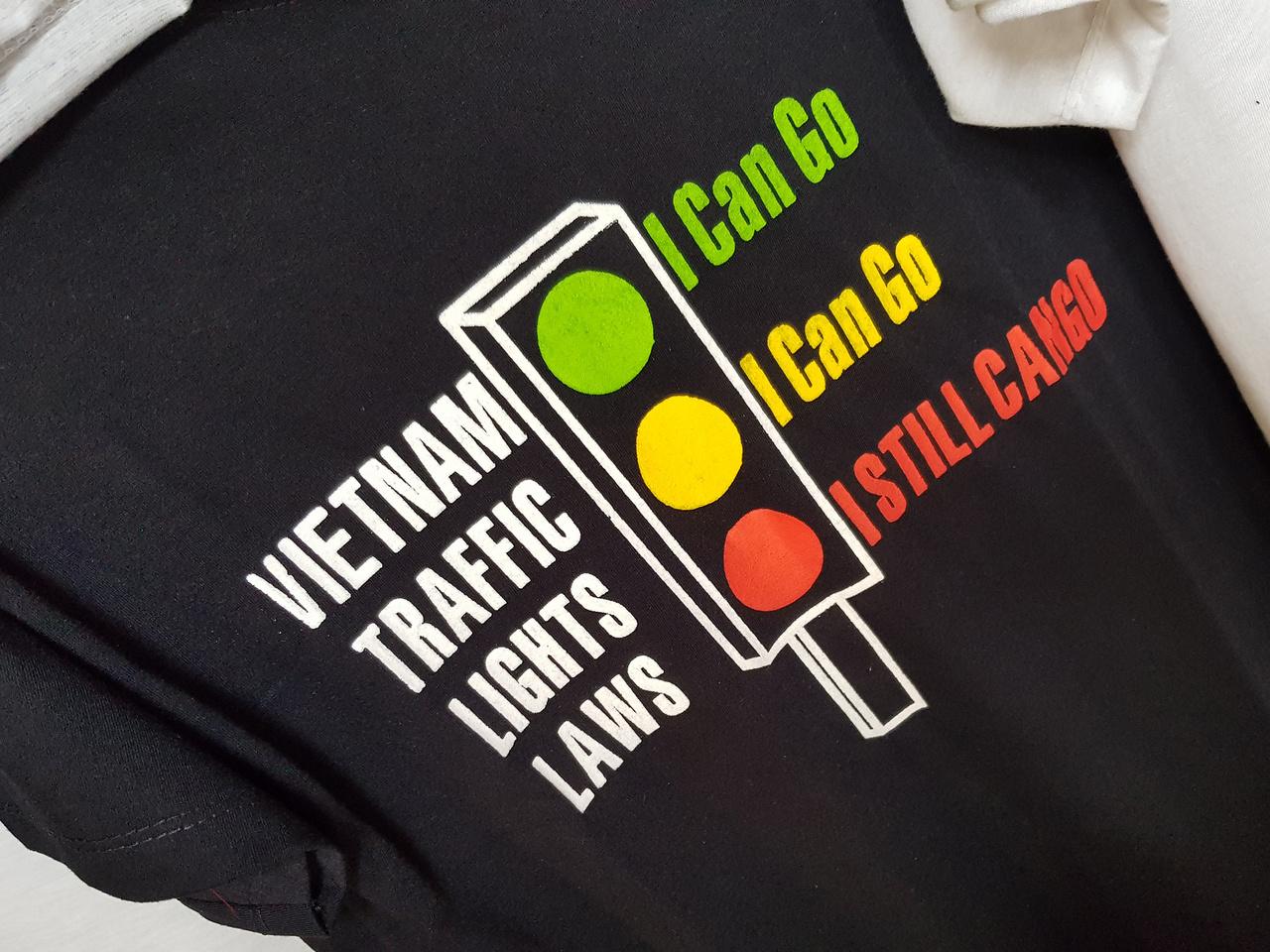 Viccesnek tűnik, de véresen komoly a felirat ezen a pólón: Vietnám közlekedési morálja messze a legdurvább ország azok közül, ahol valaha megfordultam, konkrétan nincs neki olyanja. A piros lámpa leginkább városok többsávos útjain jelent némi visszatartó erőt, egyébként minden szabályt a lehető legvastagabban szarnak le a helyiek. Talán az sem véletlen, hogy külföldi nem vezethet autót a máig szocialista országban, el sem ismerik az általunk is használt nemzetközi jogosítványt. Egyébként a szocializmus finoman jelenik meg a mindennapokban, zászlókon, plakátokon és a fájdalmasan szoci tévéműsorokon lehet leginkább észrevenni, hogy hol is járunk valójában
