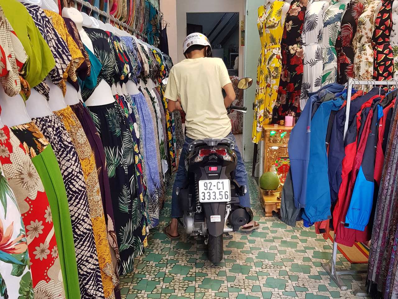 Minden egyben. Sok helyen az üzletben laknak, parkolnak, élnek a  kereskedők, ezért csak külföldi szemmel furcsa látni, hogy a ruhapróba közben beállít a gazda a hátsó fertályba, miközben a gyerek például az üzlet padlóján alszik