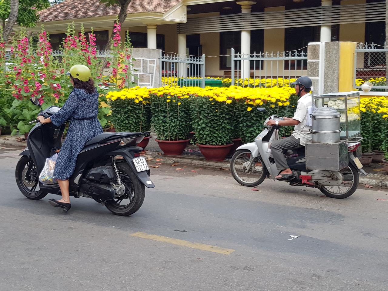 Büdöske mindenütt. Újév környékén mindent beborítanak ezek a sárga növények, úton-útfélen árulják. Mint kiderült, a vörös és sárga díszítés hagyományosan jólétet és szerencsét hoz, ezért dekorálnak vele mindent lelkesen Ázsiában. További érdekesség a mozgó gombócárus robogó, százával járják az utakat. A legdurvább egy nyílt lánggal működő sütővel felszerelt példány volt, szürreális lángnyelvet húzva maga mögött menet közben