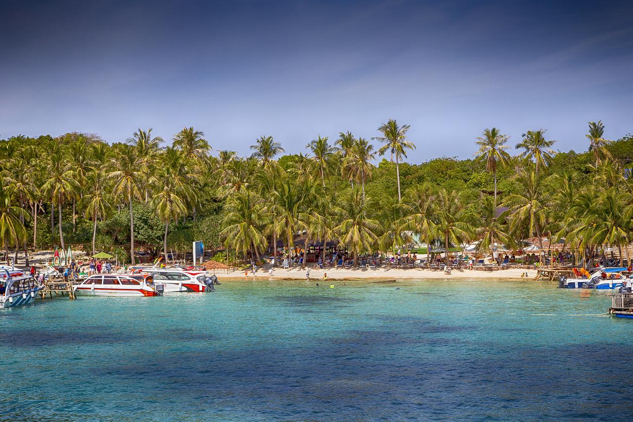 Persze a hajózás is a mindennapok része a hosszú tengerparttal rendelkező országban. Amivel kevesen vannak tisztában, ilyen helyekre lehet eljutni, ha az ember jól informált. Ez nem Thaiföld, bizony léteznek ilyen eldugott szigetek és strandok Vietnámban is, mint az apró, tiszta vizű és fehér homokos May Rut. A különbség annyi hogy itt minden még olcsóbb, mint a Thai-öböl másik felén. Addig érdemes felfedezni, amíg a gombamód szaporodó turisztikai fejlesztéseknek el nem kezdik megkérni az árát