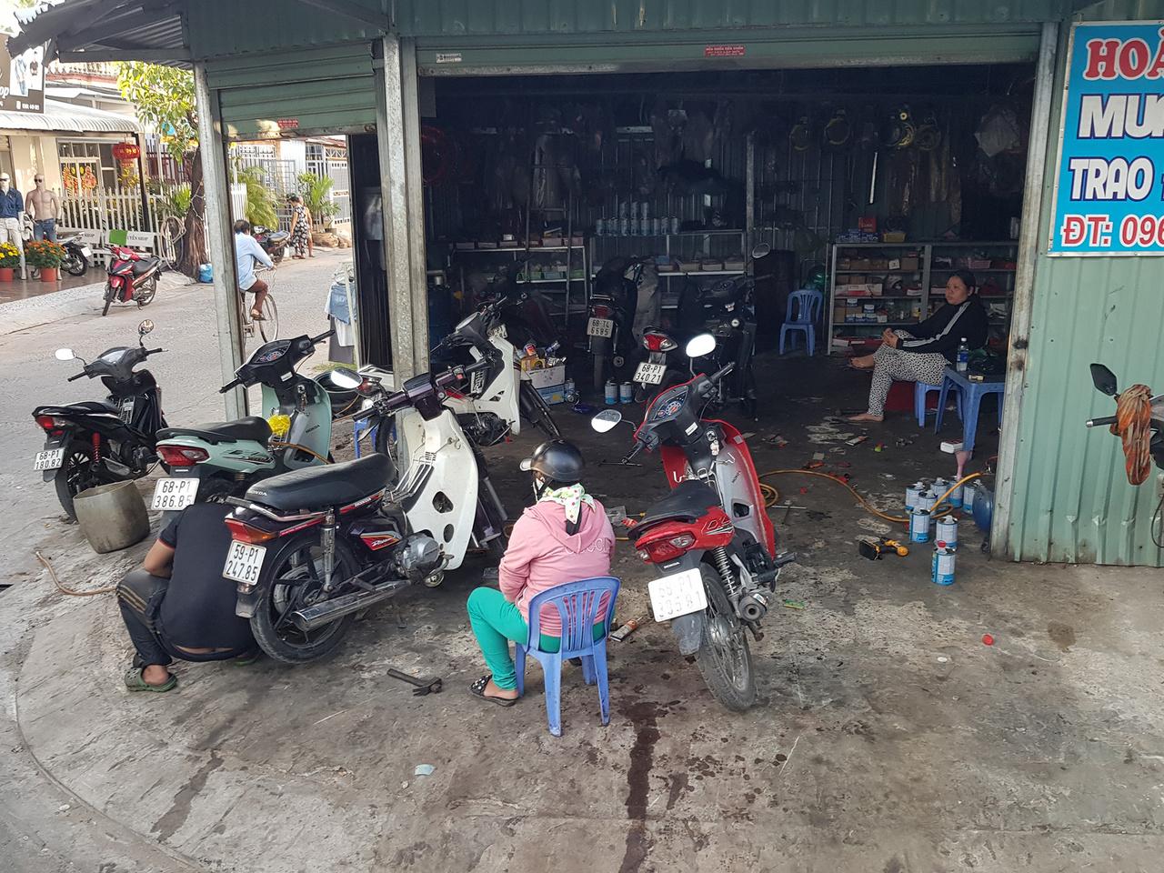 Egy az ezernyi robogószerviz közül. Ez még a tisztább, rendezettebbek közül való, elképesztő az igénytelenség és mocsok, amivel a vietnámiak jó része együtt él. Remek példa volt látni a Phu Quoc régi repülőtéri futópályáján rendezett újévi piacot reggel és este. Gyakorlatilag minden szemetet úgy hagytak ott az út mellett az árusok, mint eb a szarát. Kilométer hosszan térdig lehetett gázolni a csomagolóanyagokban, korhadt növényekben.