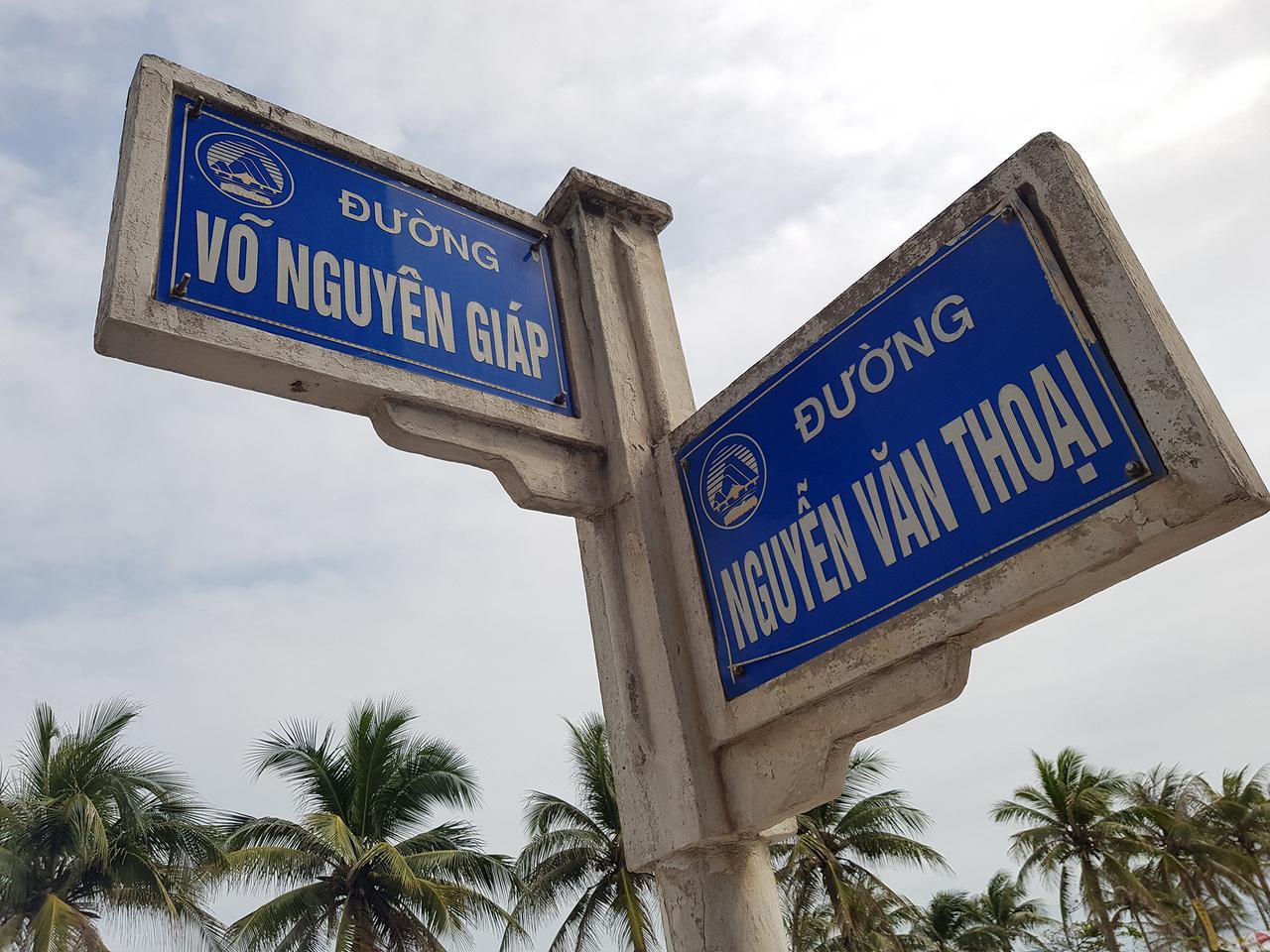 Amikor Vietnám fellélegzett a kínai uralom alól, a lakosság nagy része hálából egyszerűen felvette az aktuális uralkodó dinasztia vezetéknevét. Így lett az ország százmilliós lakosságából mára negyvenmilliónak Nguyen a neve. Az érdekes sztorit nemrég az index.hu is megírta, akit érdekel, ott részletesen olvashat róla. Nekünk egy helyi srác, Nguyen Nguyen mesélt erről – igen, ezen a helyi Gábor Gábor is röhög a mai napig. Nem csoda hát, hogy az utcanevekben is fellelhető ez az óriási változatosság, nem árt a figyelem navigálásnál