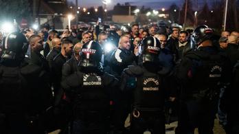 Rohamrendőrök és roma ellentüntetők várták a szélsőjobbos tüntetőket Bükkábrány határában