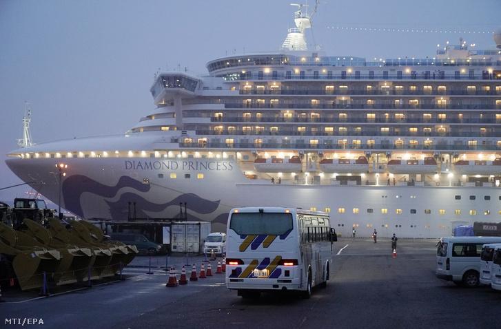 A jokohamai kikötőben karantén alá vont Diamond Princess amerikai óceánjáró 2020. február 16-án.