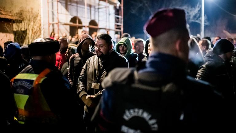 Közelről nézték a romák, ahogy kopaszok masíroznak a falujukban