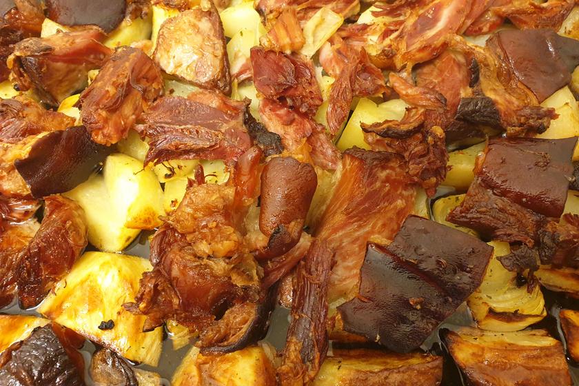 Ropogósra sült csülök pékné módra – A húst sütés előtt fűszeres vízben főzzük puhára
