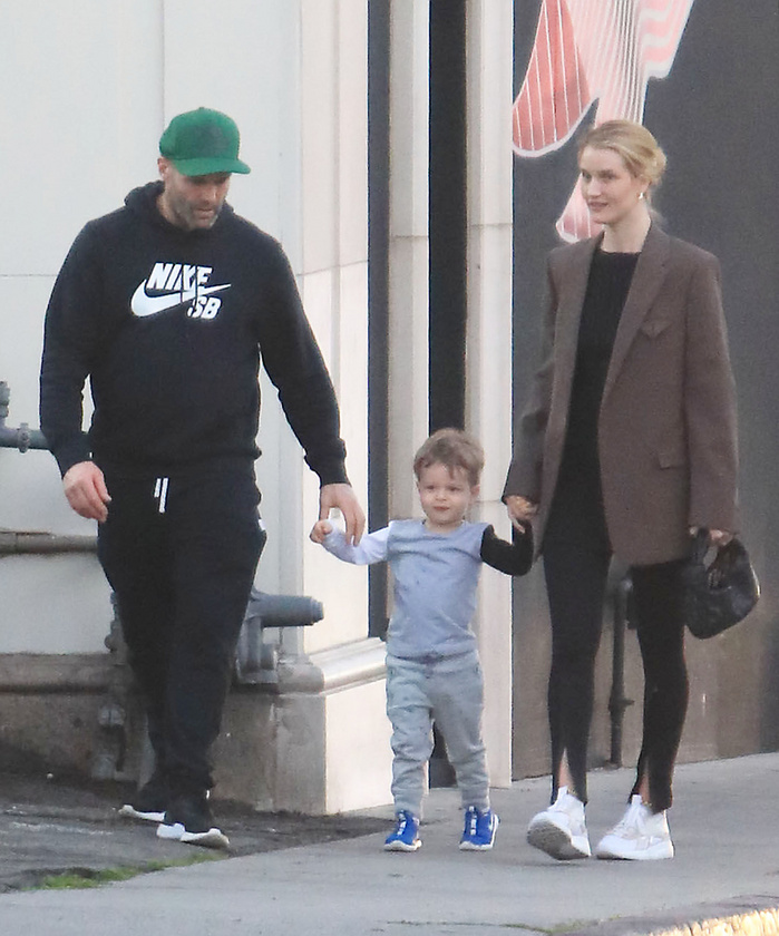 Igazi cukisággal indul a hétfő! Jason Statham és párja, Rosie Huntington-Whiteley ugyanis családi sétára indultak kisfiuk, Jack társaságában.