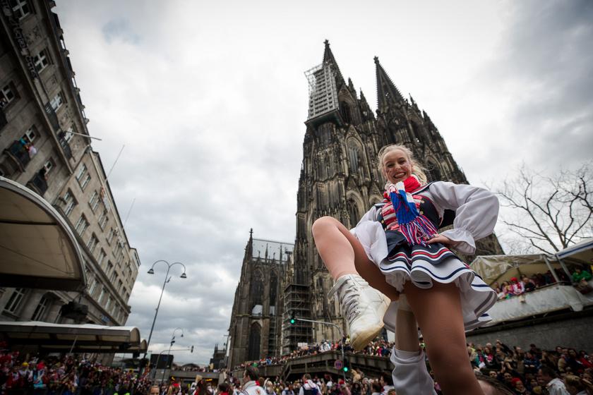 A nők farsangját Kölnben rendezik: így néz ki a Rajna-parti népünnepély